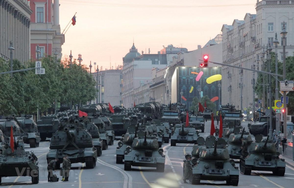 Các phương tiện quân sự tham gia diễn tập để chuẩn bị cho lễ duyệt binh kỷ niệm chiến thắng phátxít. (Nguồn: Trần Hiếu - Hồng Quân/Vietnam+)