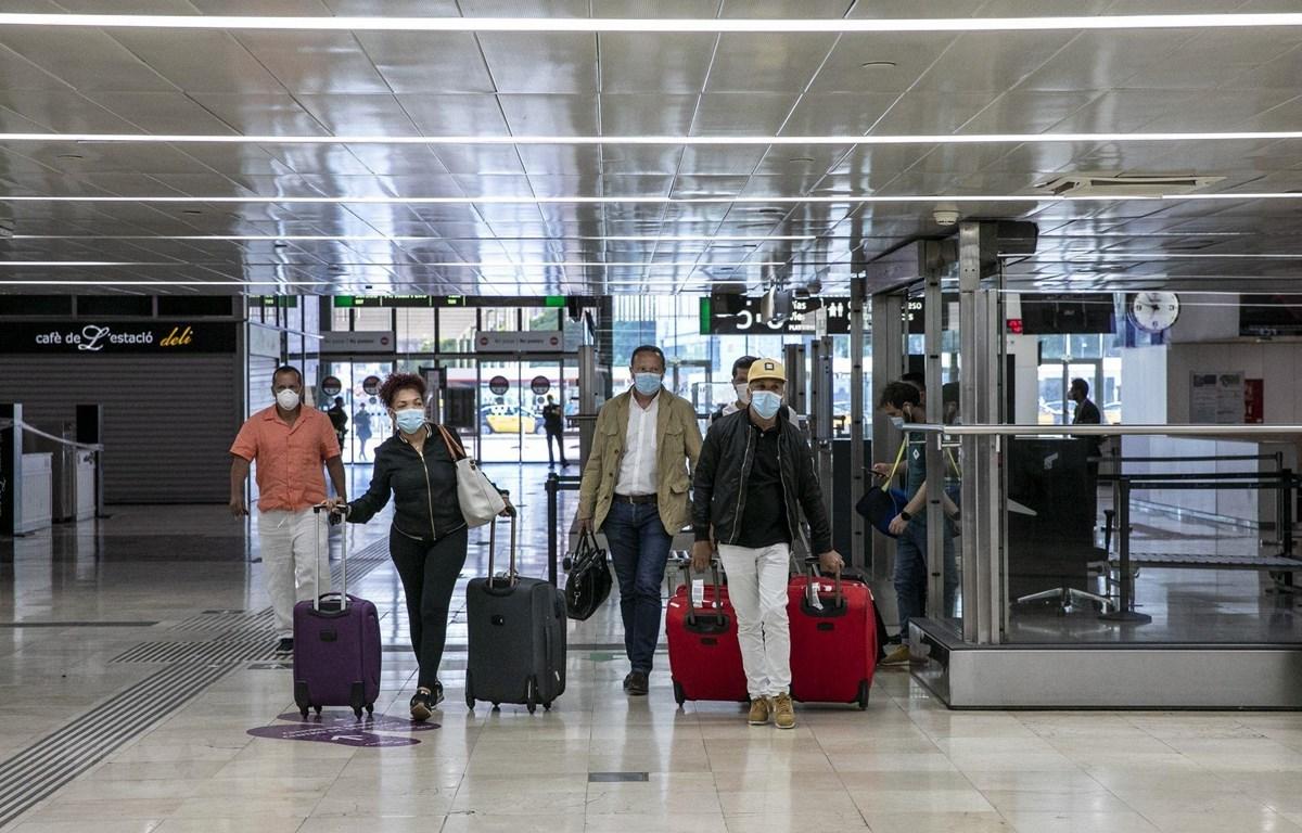 Hành khách tại một nhà ga ở Barcelona, Tây Ban Nha ngày 19/6/2020. (Ảnh: THX/TTXVN)