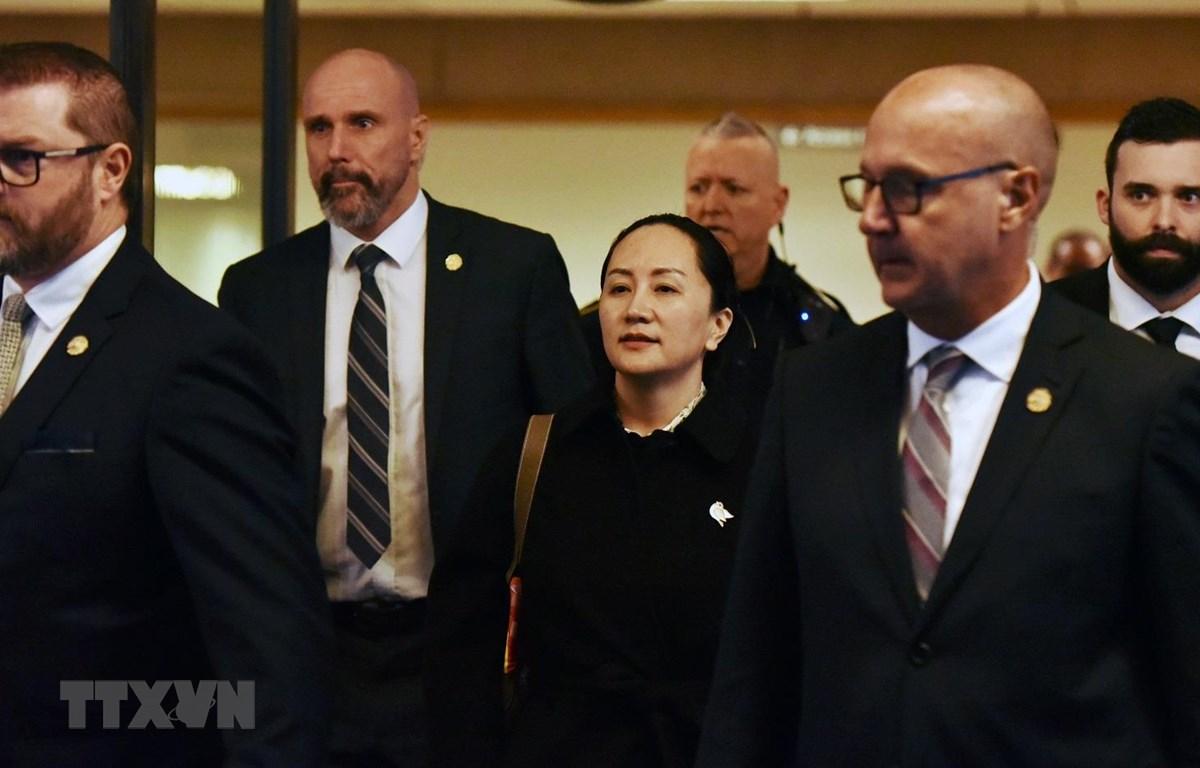 Giám đốc Tài chính của Tập đoàn Huawei (Trung Quốc) Mạnh Vãn Châu rời khỏi Tòa án Tối cao British Columbia ở Vancouver (Canada) sau phiên xét xử, ngày 23/1/2020. (Ảnh: AFP/TTXVN)