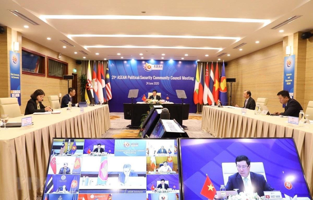 Phó Thủ tướng, Bộ trưởng Bộ Ngoại giao Phạm Bình Minh chủ trì Hội nghị trực tuyến Hội đồng Chính trị - An ninh ASEAN lần thứ 21. (Ảnh: Văn Điệp/TTXVN)
