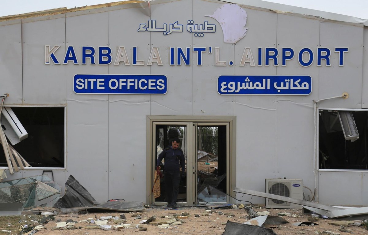 Một sân bay ở thành phố Karbala, Iraq bị hư hại sau một vụ tấn công bằng rocket ngày 13/3/2020. (Ảnh: AFP/TTXVN)