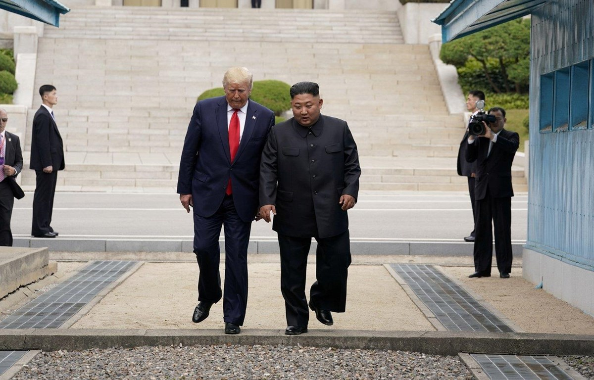 Tổng thống Mỹ Donald Trump và nhà lãnh đạo Triều Tiên Kim Jong-un gặp nhau tại Khu phi quân sự ngày 30/6/2019. (Nguồn: Reuters)