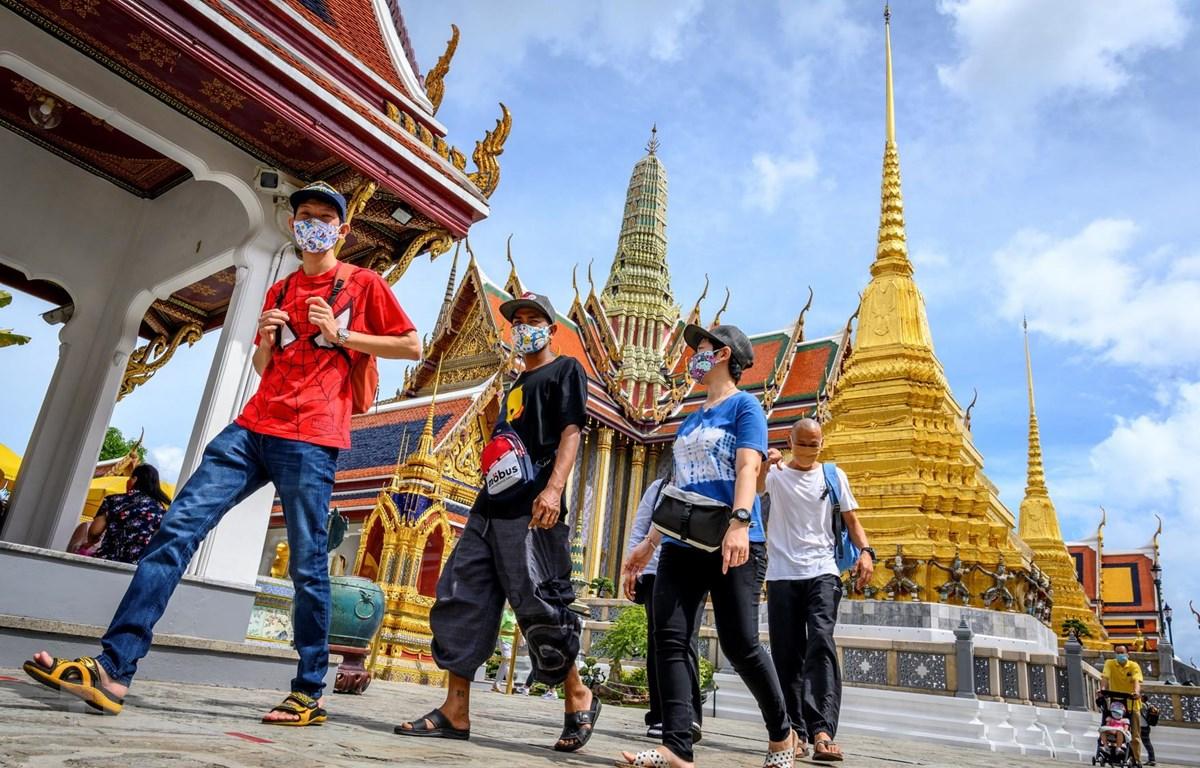 Khách du lịch thăm quan Cung điện Hoàng gia ở Bangkok, Thái Lan ngày 7/6/2020. (Ảnh: AFP/TTXVN)