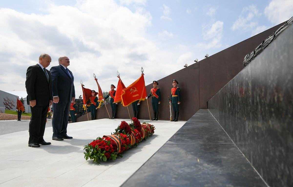 Tổng thống Nga Vladimir Putin và Tổng thống Belarus Alexander Lukashenko đặt hoa tưởng niệm các chiến sỹ Hồng quân Liên Xô. (Nguồn: tellerreport.com)