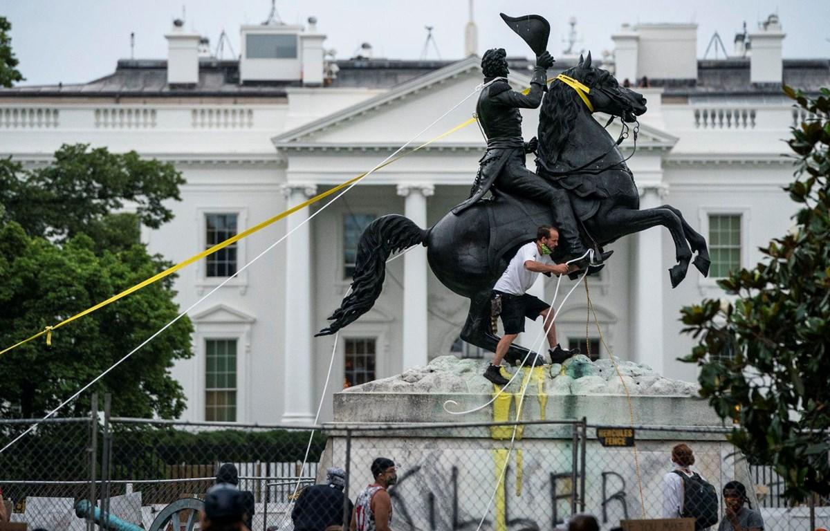 Người biểu tình tìm cách kéo đổ tượng Andrew Jackson tại quảng trường Lafayette bên ngoài Nhà Trắng ngày 22/6. (Nguồn: Getty Images)