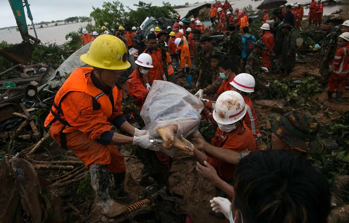 Lực lượng cứu hộ đưa thi thể một người thiệt mạng do sạt sở đất tại Myanmar. (Nguồn: AFP)