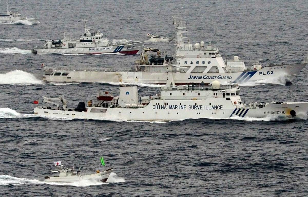 Lực lượng Bảo vệ bờ biển Nhật Bản bám sát tàu hải cảnh Trung Quốc. (Nguồn: Kyodo)