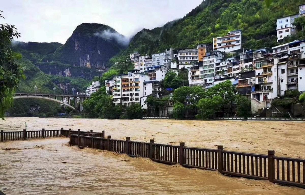 Nước sông dâng cao do mưa lớn tại Trùng Khánh, Trung Quốc ngày 12/6/2020. (Ảnh: THX/TTXVN)