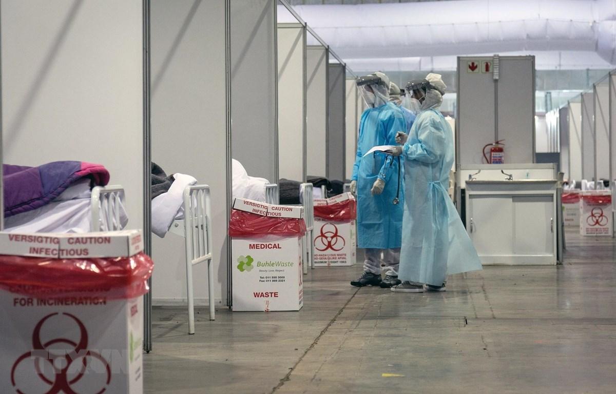 Nhân viên y tế làm việc tại khu vực cách ly dành cho bệnh nhân COVID-19 tại bệnh viện ở Johannesburg, Nam Phi, ngày 3/7/2020. (Ảnh: THX/TTXVN)