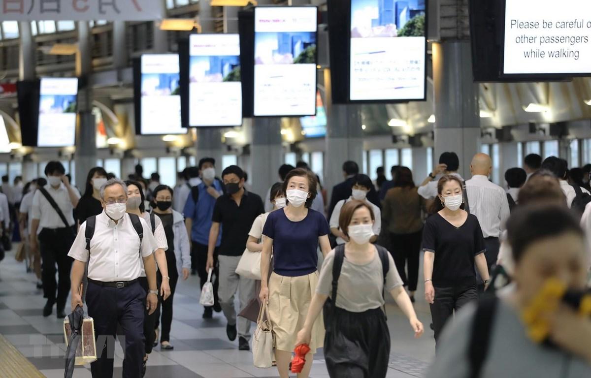 Người dân đeo khẩu trang phòng dịch COVID-19 tại Tokyo, Nhật Bản ngày 30/6/2020. (Ảnh: THX/TTXVN)