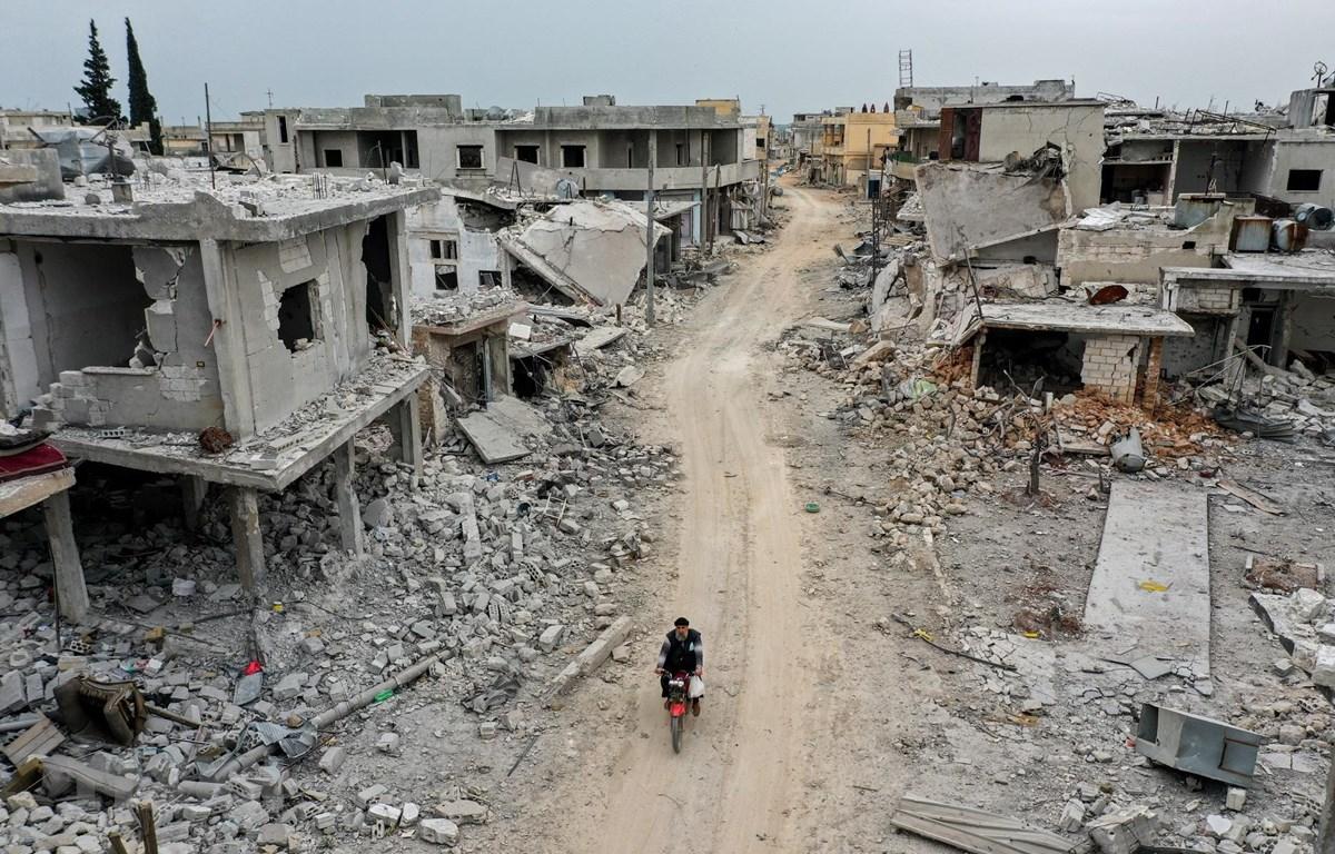 Cảnh đổ nát sau các vụ không kích tại Idlib, Syria, ngày 12/3/2020. (Ảnh: AFP/TTXVN)