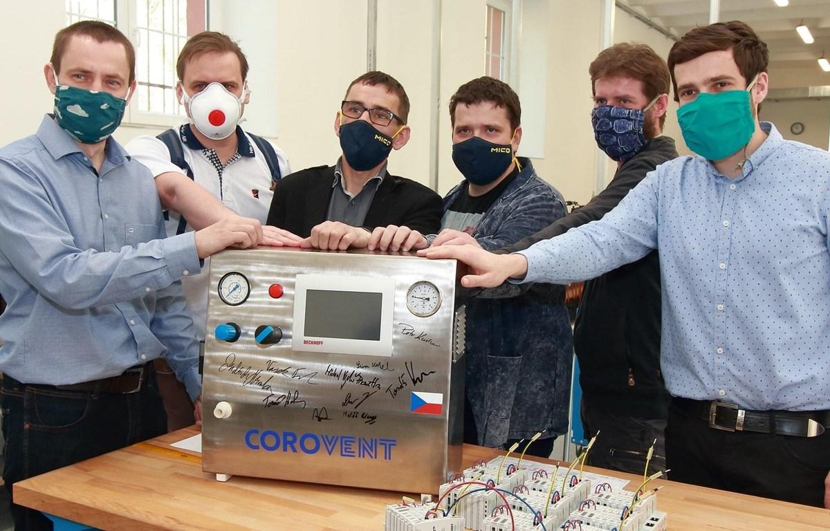 Các thành viên trong nhóm tình nguyện đứng cạnh chiếc máy trợ thở CoroVent. (Nguồn: praguemorning.cz)