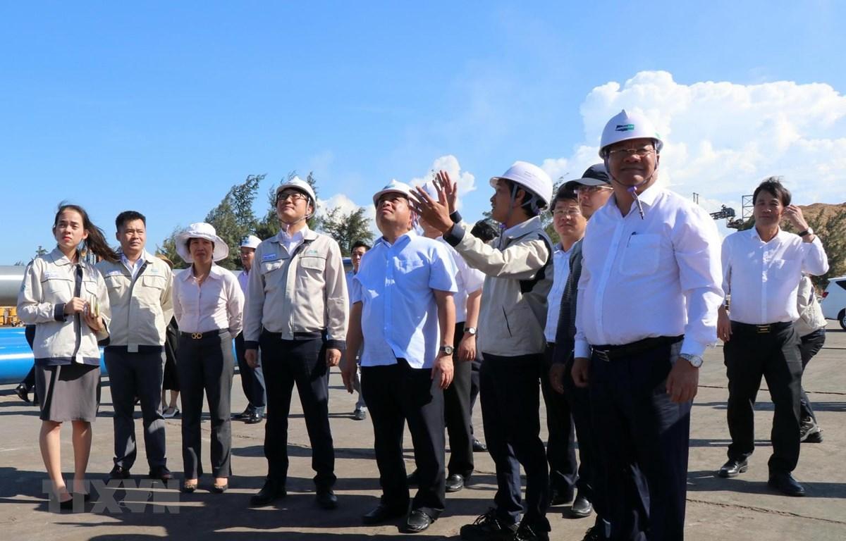 Bộ trưởng Bộ Kế hoạch và Đầu tư Nguyễn Chí Dũng (thứ 5 từ trái sang) tham quan tại Công ty TNHH Công nghiệp Doosan Việt Nam. (Ảnh: Lê Ngọc Phước/TTXVN)