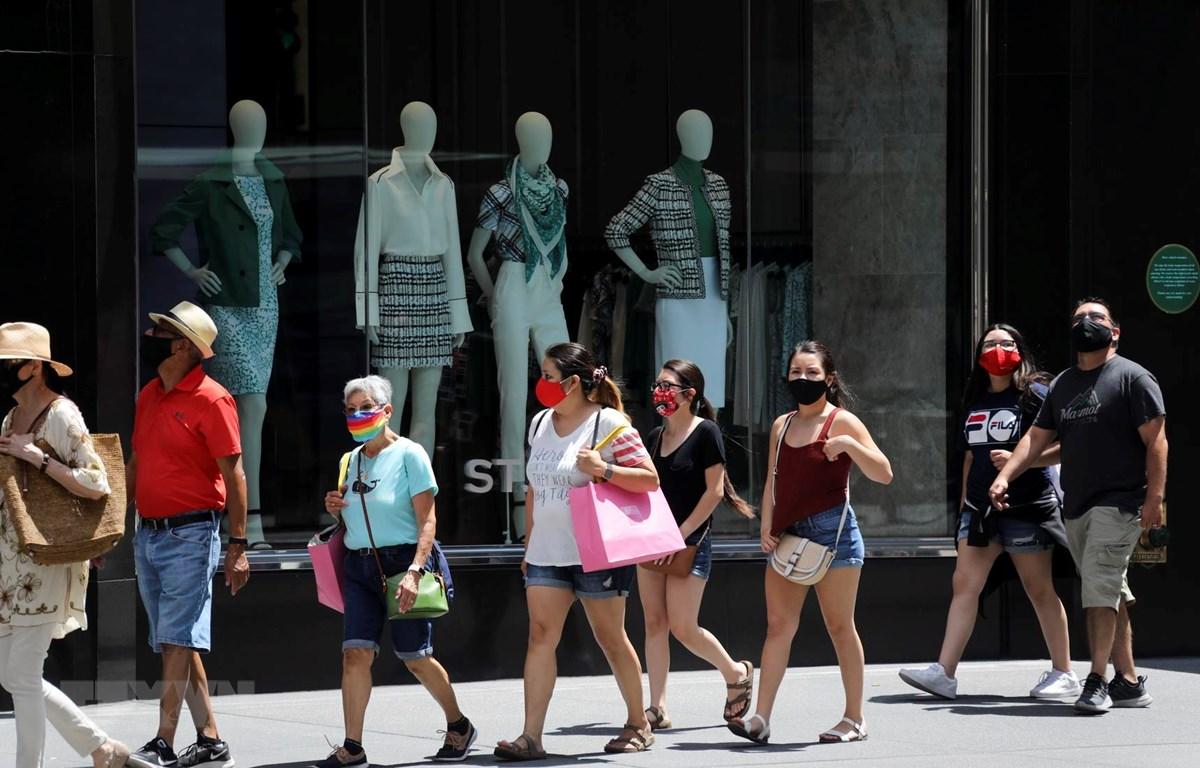Người dân đeo khẩu trang phòng lây nhiễm COVID-19 tại New York, Mỹ, ngày 4/7/2020. (Ảnh: THX/TTXVN)