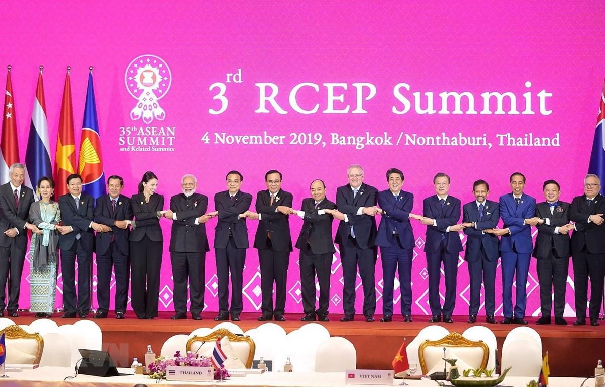 Lãnh đạo các nước thành viên dự Hội nghị Cấp cao RCEP lần thứ 3. (Ảnh: Thống Nhất/TTXVN)