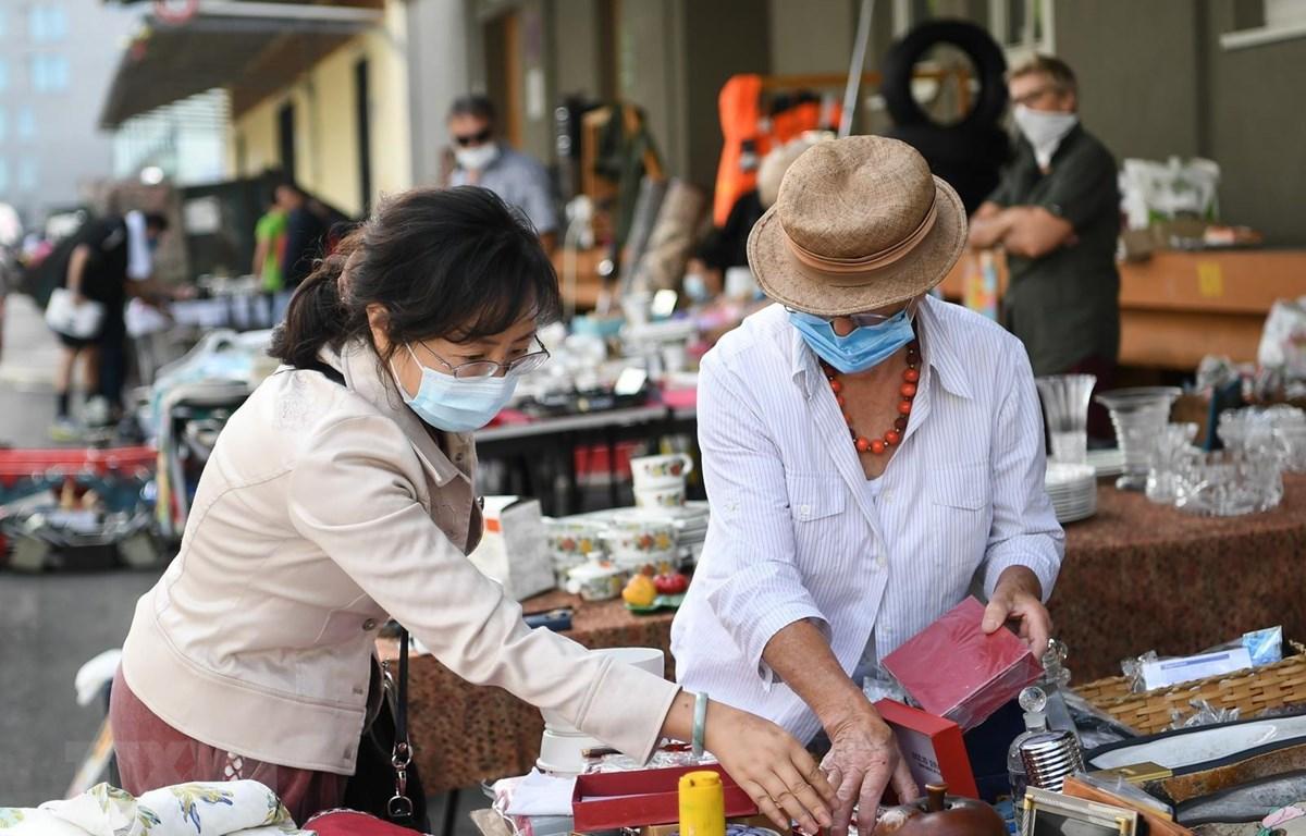 Người dân đeo khẩu trang phòng lây nhiễm COVID-19 tại một khu chợ ở Frankfurt, Đức, ngày 4/7/2020. (Ảnh: THX/TTXVN)