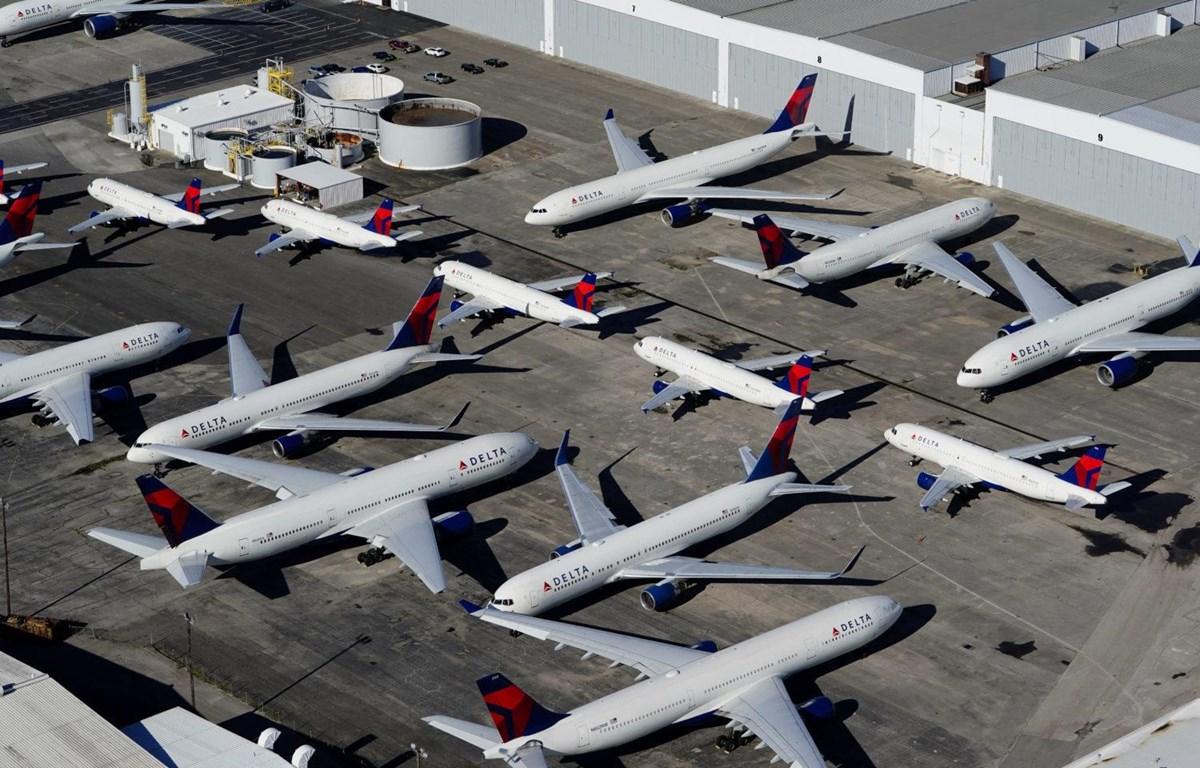Các máy bay của hãng hàng không Delta Airlines nằm chờ do tình trạng hạn chế bay bởi dịch COVID-19. (Nguồn: Reuters)