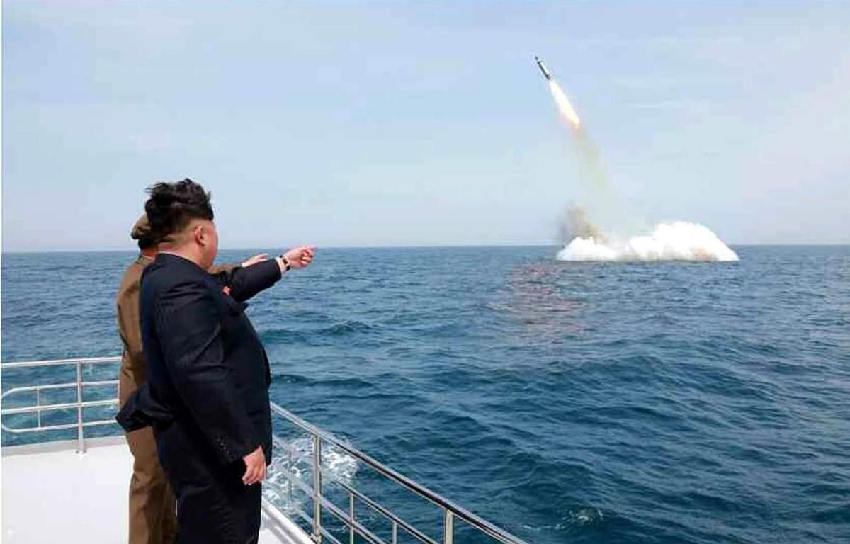 Bức ảnh được cho là nhà lãnh đạo Triều Tiên Kim Jong-un thị sát một vụ thử tên lửa đạn đạo phóng từ tàu ngầm. (Nguồn: EPA)