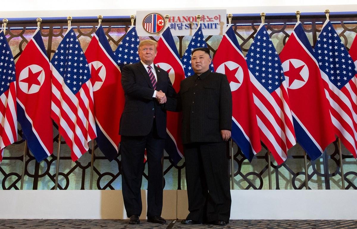 Tổng thống Mỹ Donald Trump bắt tay nhà lãnh đạo Triều Tiên Kim Jong-un tại cuộc gặp thượng đỉnh ở Hà Nôi ngày 27/2/2019. (Nguồn: AFP)