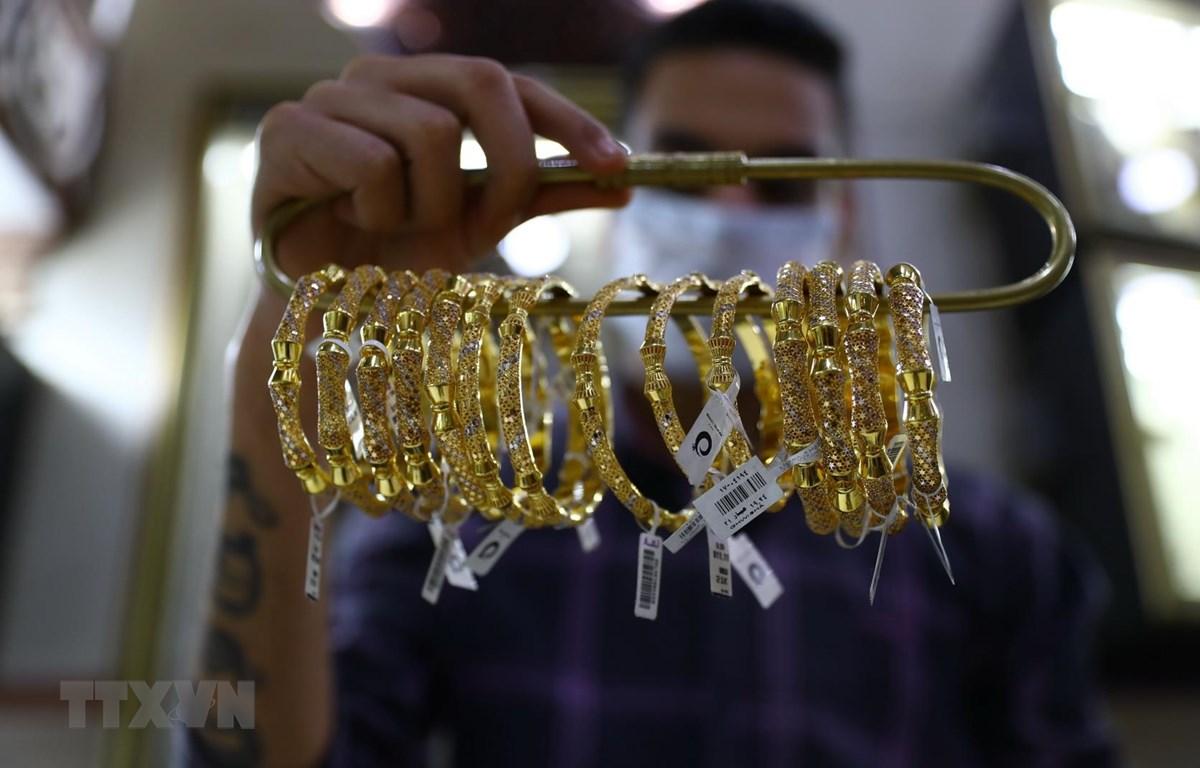 Vàng trang sức được bày bán tại tiệm kim hoàn ở Cairo, Ai Cập, ngày 22/5/2020. (Ảnh: THX/TTXVN)