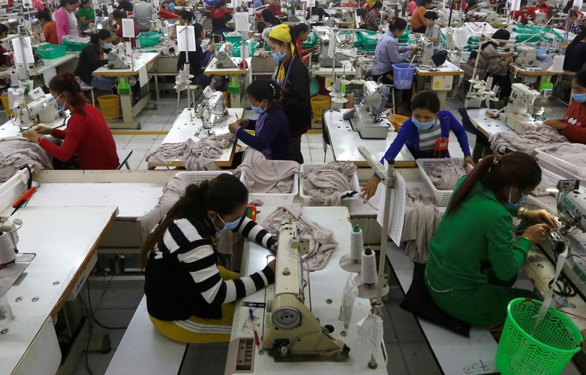 Công nhân tại một nhà máy dệt may của Campuchia. (Nguồn: qz.com)