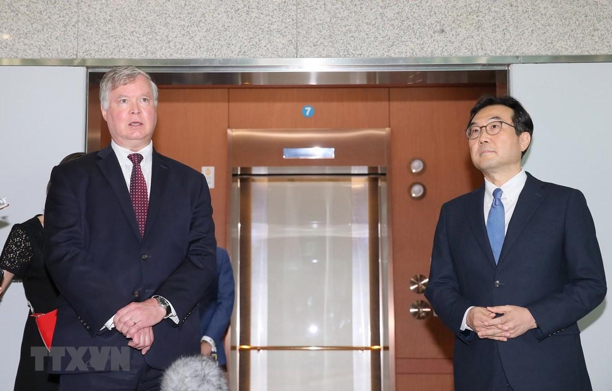 Thứ trưởng Ngoại giao kiêm đặc phái viên của Mỹ về vấn đề Triều Tiên Stephen Biegun (trái) trong cuộc họp báo chung sau hội đàm với Đặc phái viên Hàn Quốc về hòa bình trên bán đảo Triều Tiên Lee Do-hoon, tại Seoul ngày 8/7/2020. (Ảnh: YONHAP/TTXVN)