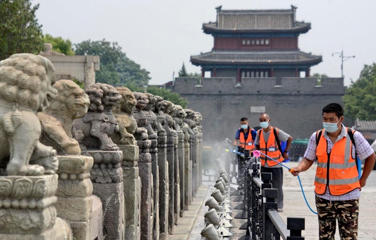 Phun thuốc khử trùng nhằm ngăn chặn sự lây lan của COVID-19 tại Bắc Kinh, Trung Quốc, ngày 4/7/2020. (Ảnh: THX/TTXVN)