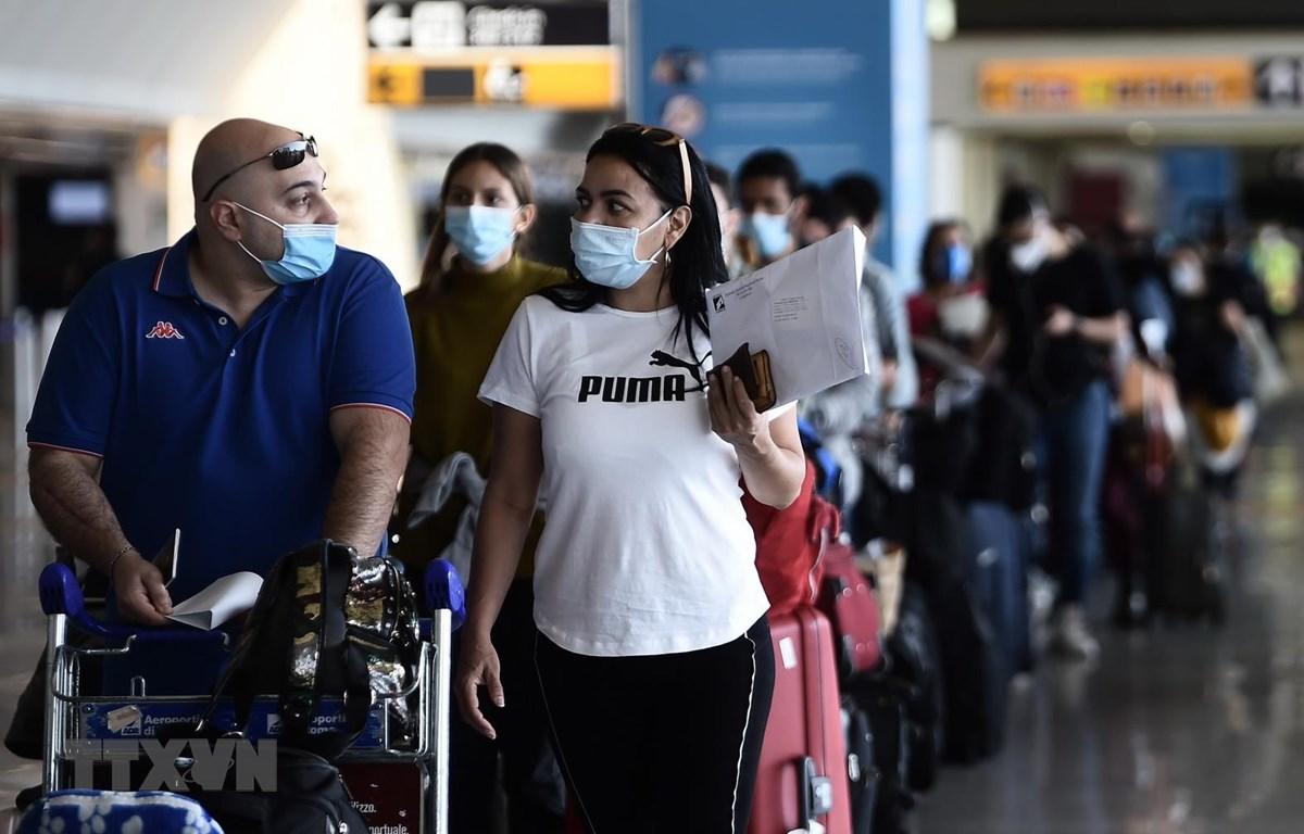 Hành khách đeo khẩu trang phòng lây nhiễm COVID-19 tại sân bay Fiumicino ở Rome, Italy, ngày 3/6/2020. (Ảnh: AFP/TTXVN)