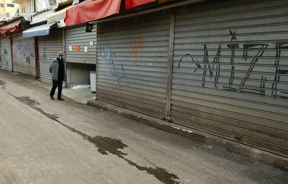 Các cửa hàng đóng cửa do dịch COVID-19 tại thành phố Tel Aviv, Israel ngày 24/3/2020. (Ảnh: AFP/TTXVN)
