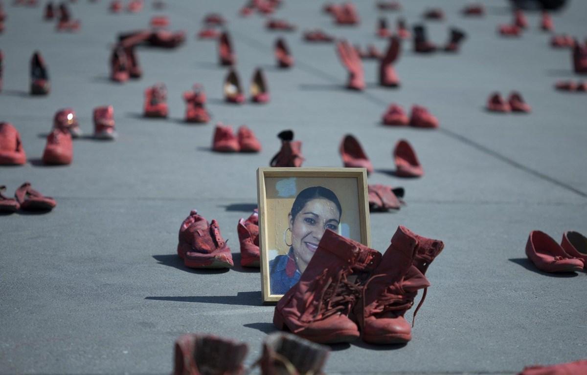 Các nhà hoạt động xã hội đặt những chiếc giày đỏ ở trung tâm mua sắm Zocalo, thành phố Mexico để phản đối tình trạng phụ nữ bi giết hại hay mất tích. (Nguồn: AP)