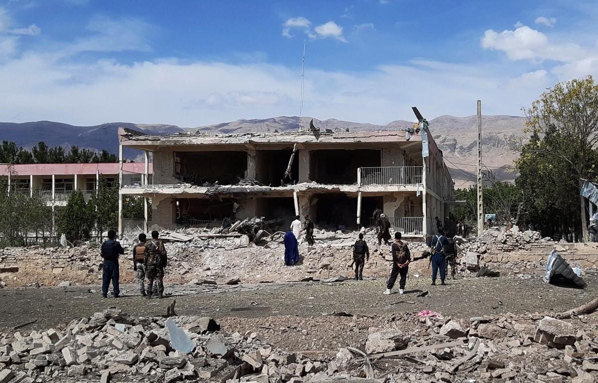 Hiện trường vụ đánh bom xe bên ngoài văn phòng cấp tỉnh của Cơ quan Tình báo quốc gia Afghanistan ở Aybak, thủ phủ tỉnh Samangan, ngày 13/7/2020. (Ảnh: AFP/TTXVN)