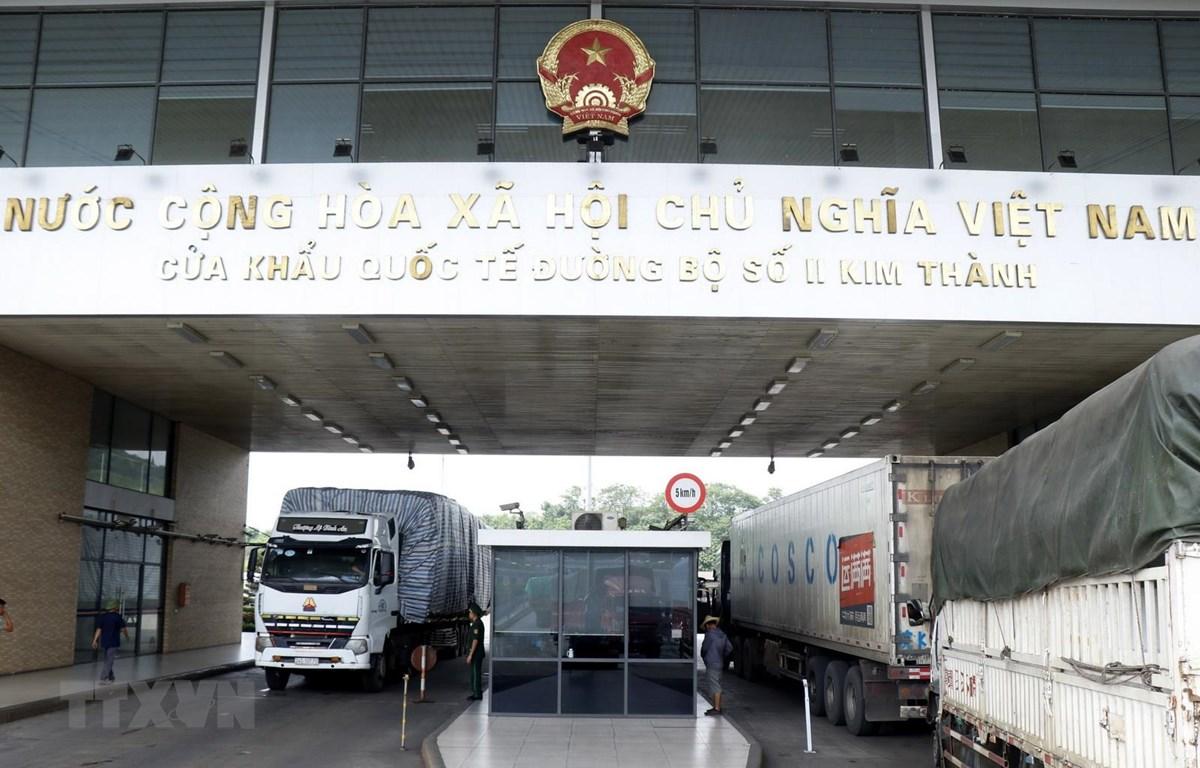 Các xe container hàng nông sản chờ làm thủ tục thông quan xuất khẩu sang thị trường Trung Quốc tại Cửa khẩu quốc tế đường bộ số II Kim Thành. (Ảnh: Quốc Khánh/TTXVN)