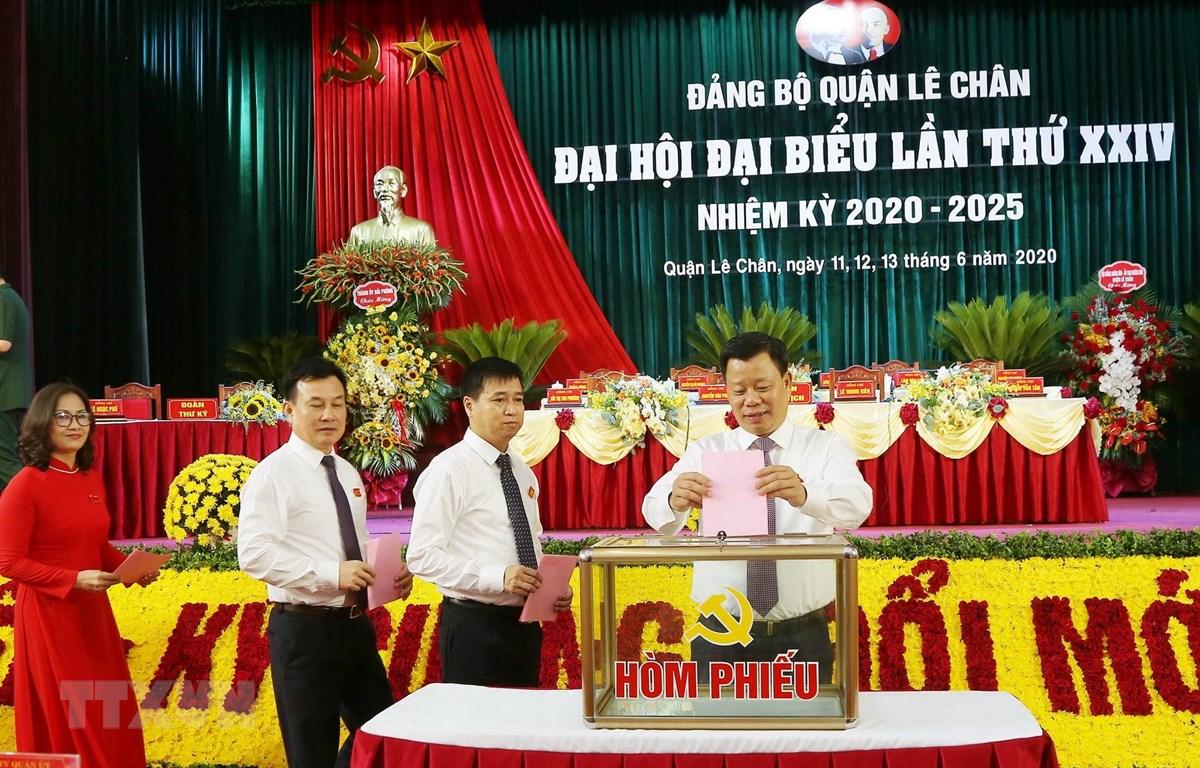 Đại biểu bỏ phiếu bầu các chức danh tại đại hội Đảng bộ quận Lê Chân. (Ảnh: TTXVN)