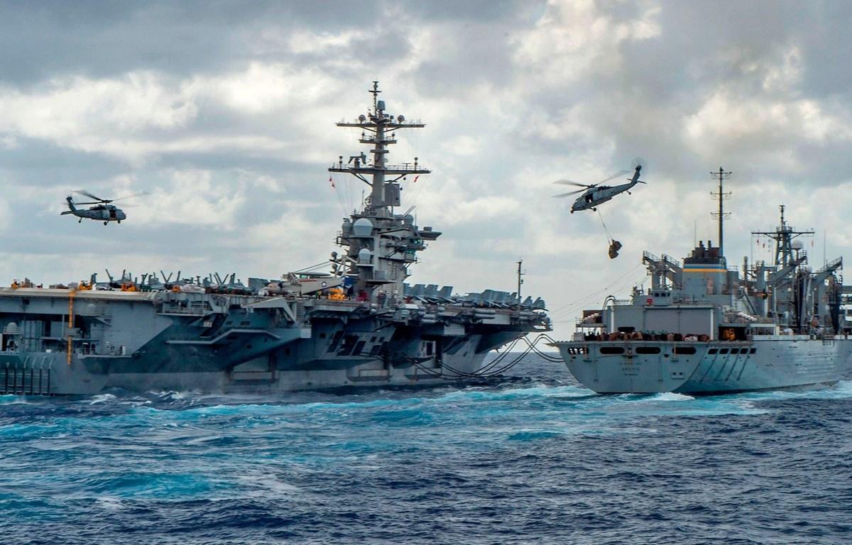 Tàu sân bay Nimitz cùng tàu hỗ trợ tấn công Arctic của Hải quân Mỹ. (Nguồn: AFP)