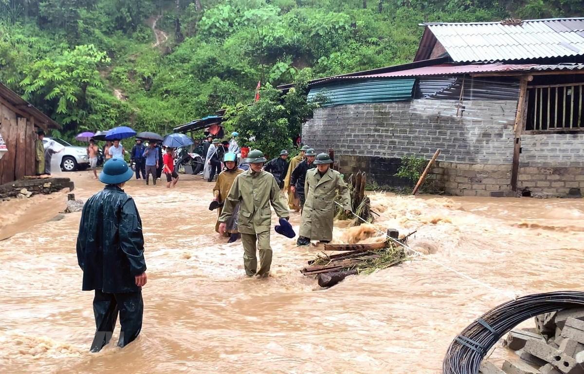Lãnh đạo huyện Hoàng Su Phì (Hà Giang) kiểm tra tình hình thiệt hại do mưa lũ và triển khai các phương án khắc phục hậu quả. (Ảnh: Phi Anh/TTXVN phát)