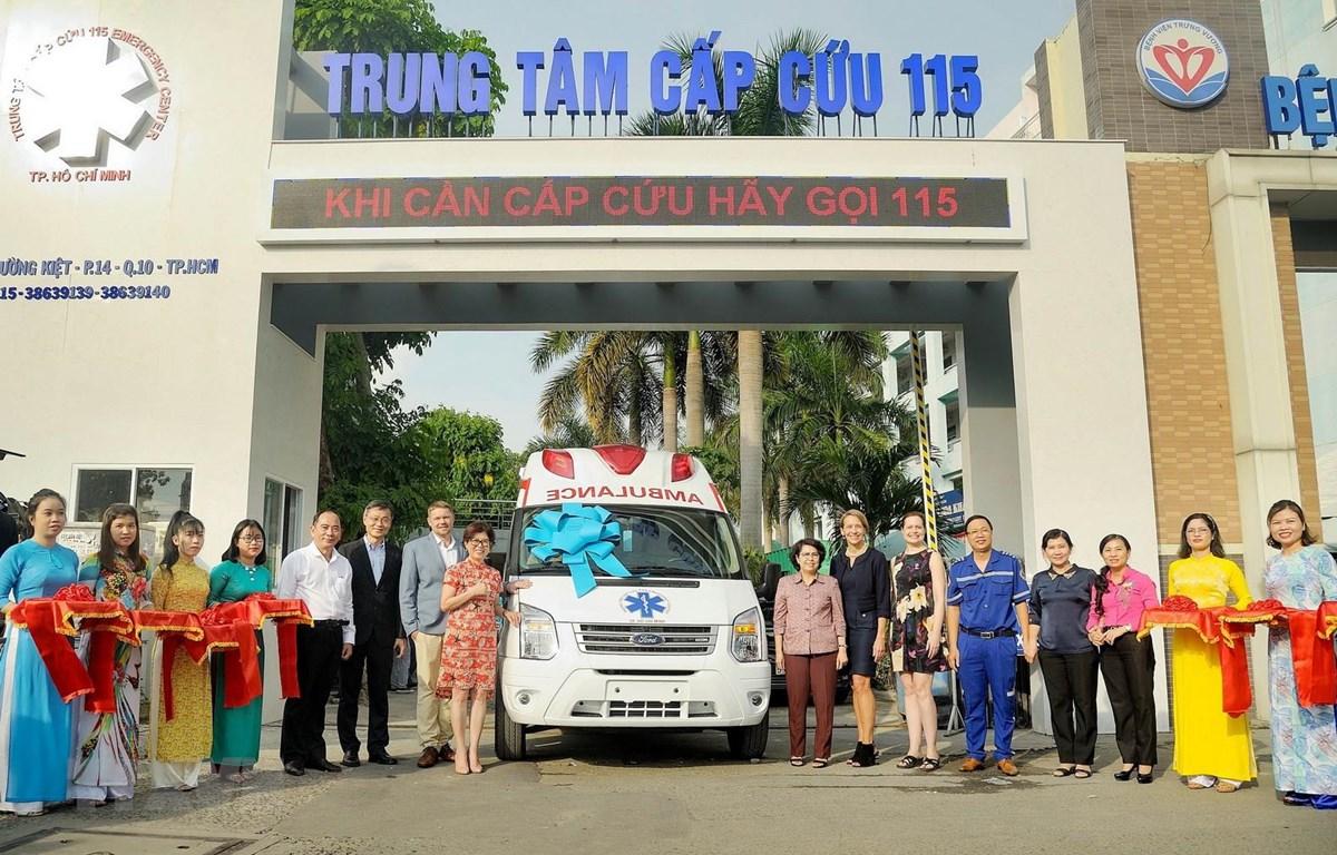 Lễ bàn giao xe cứu thương cho Trung tâm Y tế 115 thành phố Hồ Chí Minh. (Ảnh: Xuân Khu/TTXVN)
