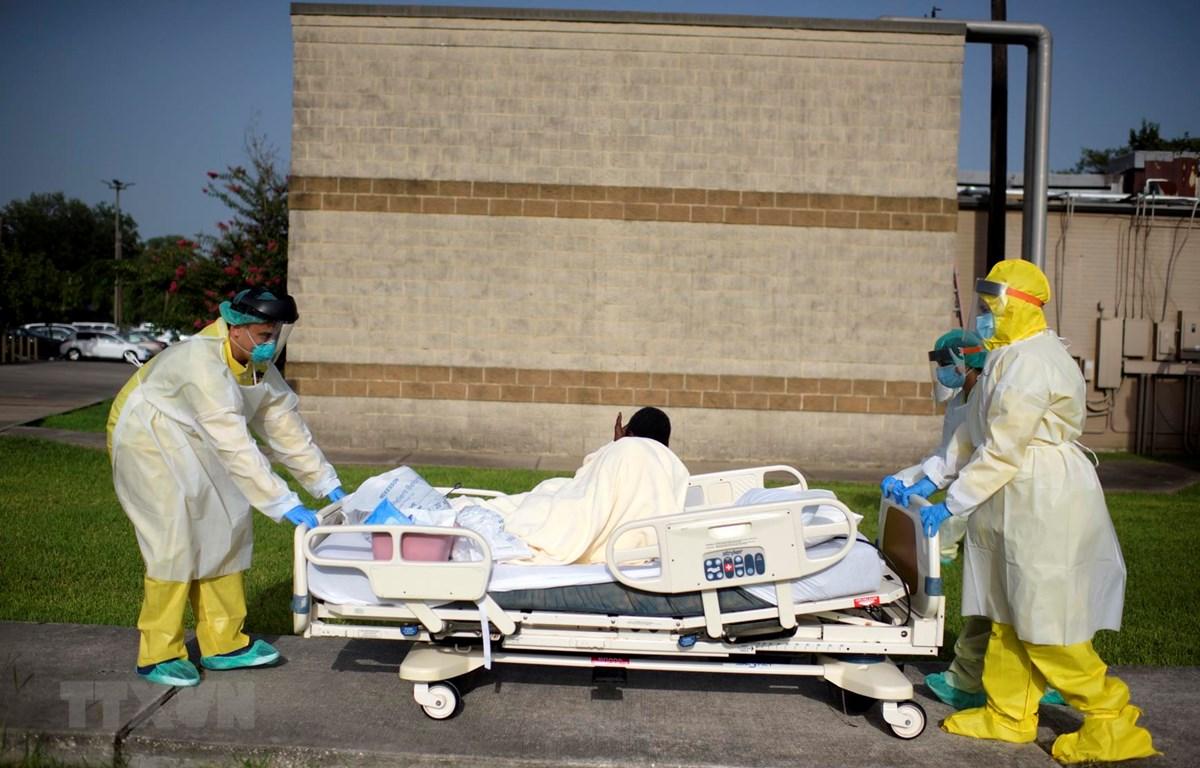 Chuyển bệnh nhân nhiễm COVID-19 tới bệnh viện ở tại Houston, Texas, Mỹ. (Ảnh: AFP/TTXVN)