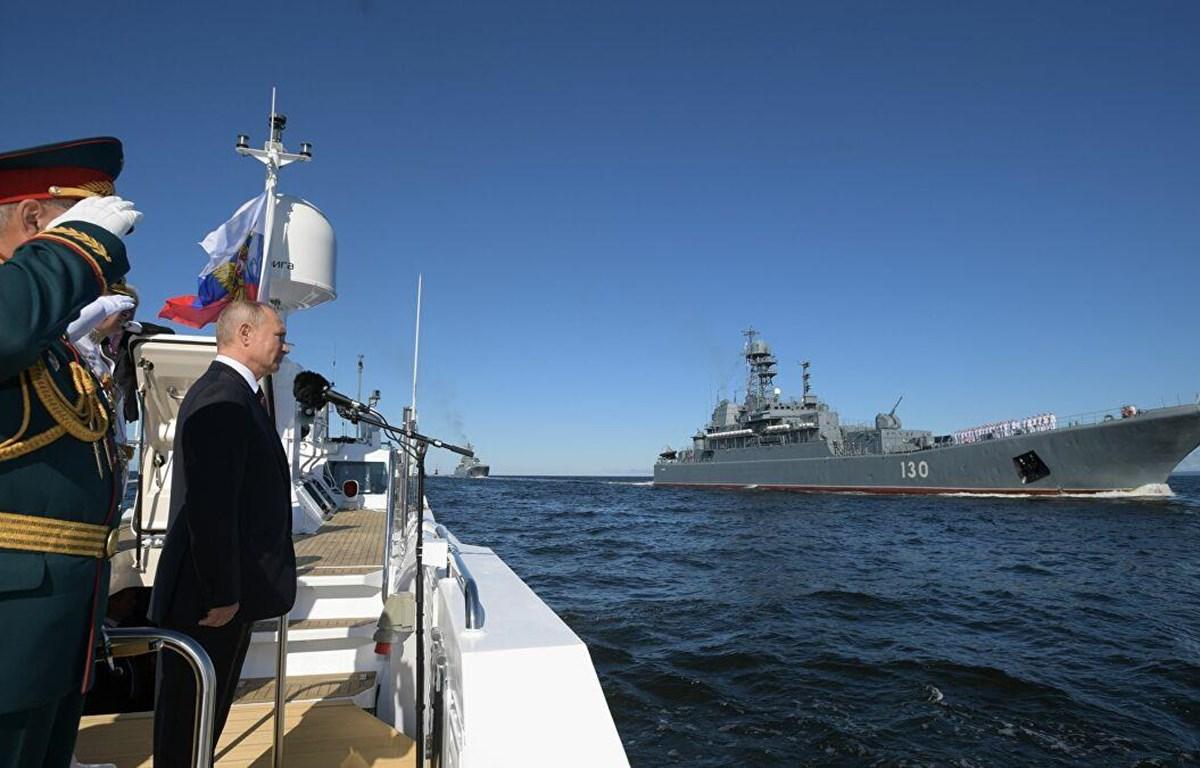 Tổng thống Nga Vladimir Putin dự lễ duyệt binh nhân Ngày Hải quân Nga. Nguồn: Sputnik