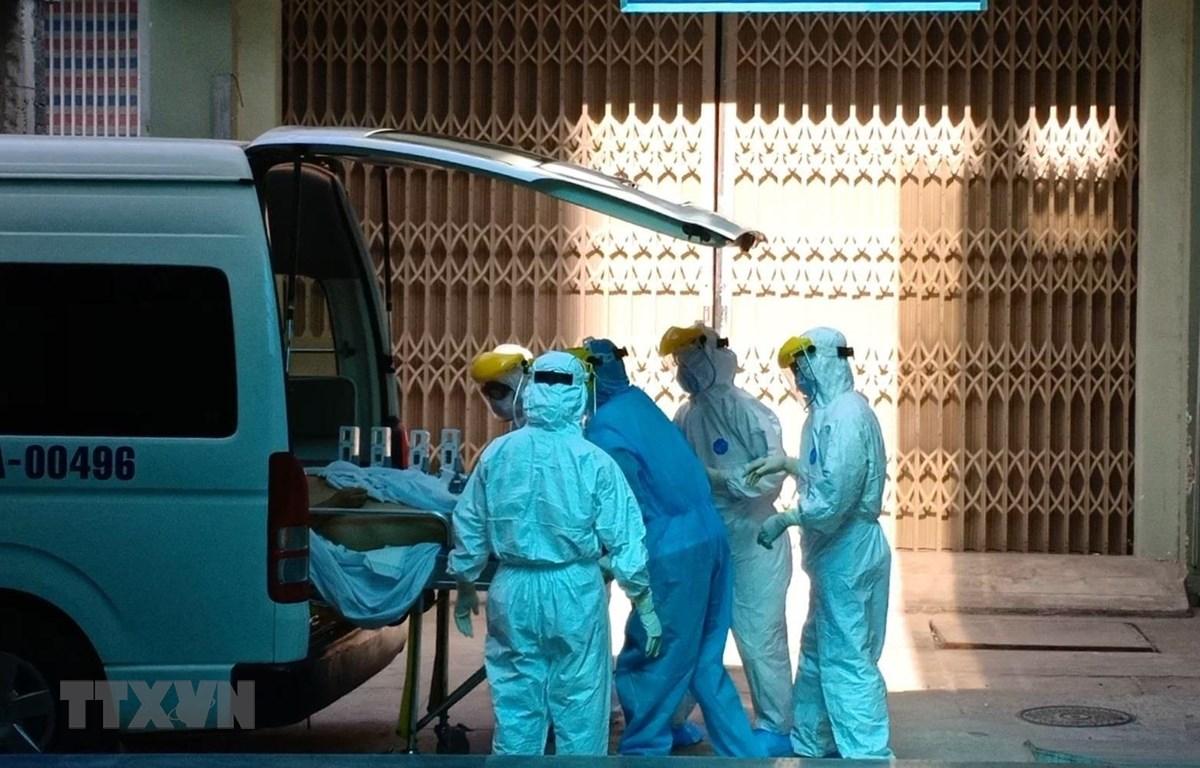 Bệnh nhân nghi nhiễm COVID-19 được chuyển đến Bệnh viện Đà Nẵng để điều trị, theo dõi. (Ảnh: Văn Dũng/TTXVN)