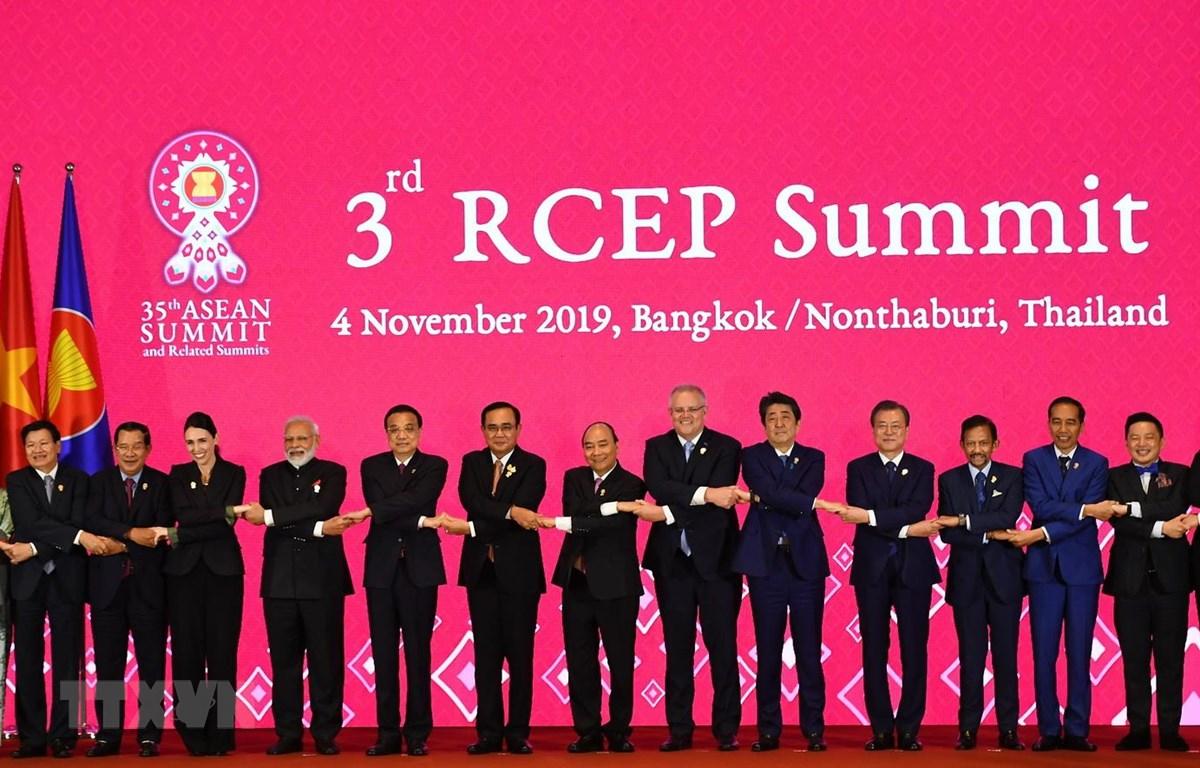 Thủ tướng Nguyễn Xuân Phúc (thứ 8, bên phải) và lãnh đạo các nước thành viên Hiệp định Đối tác Kinh tế Toàn diện khu vực (RCEP) chụp ảnh chung tại Hội nghị thượng đỉnh RCEP lần thứ 3 ở Bangkok, Thái Lan, ngày 4/11/2019. (Ảnh: AFP/TTXVN)