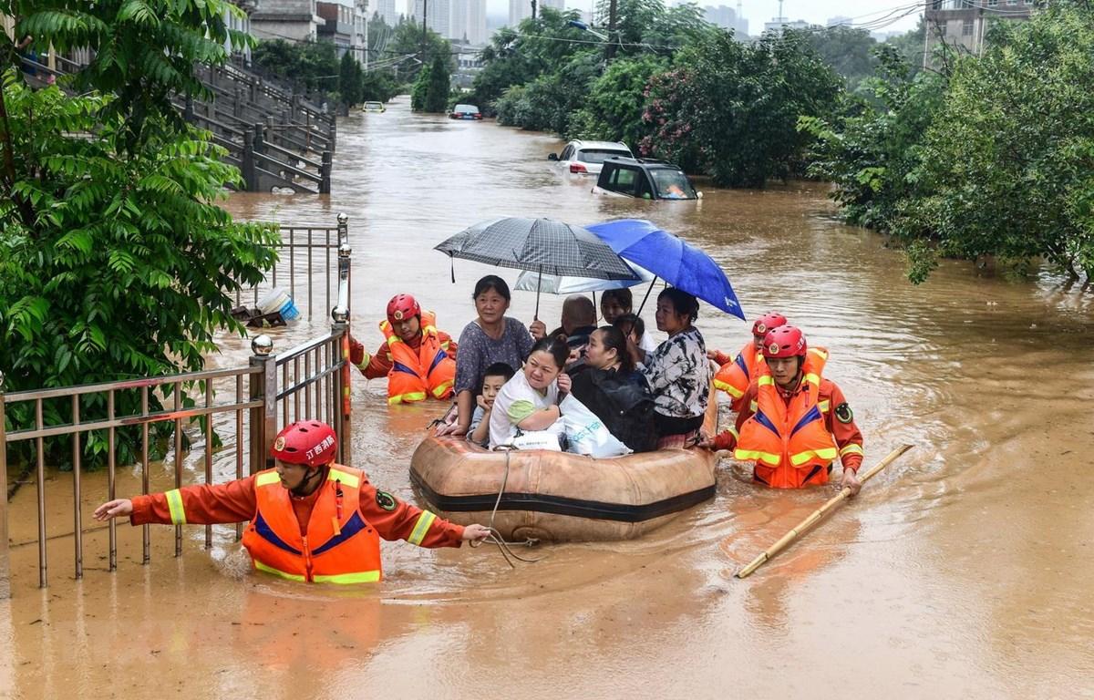 Sơ tán người dân khỏi các khu vực ngập lụt ở tỉnh Giang Tô, Trung Quốc, ngày 8/7/2020. (Ảnh: AFP/TTXVN)