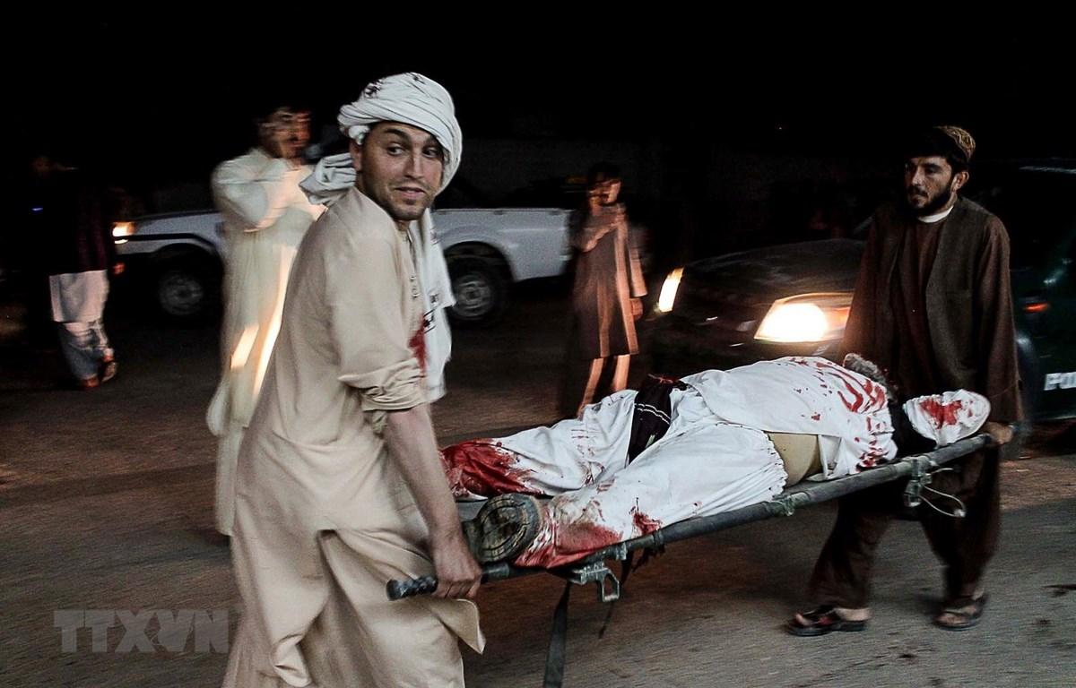 Chuyển người bị thương từ hiện trường một vụ tấn công ở Lashkar Gah, thủ phủ tỉnh Helmand, Afghanistan tới bệnh viện. (Ảnh: AFP/TTXVN)