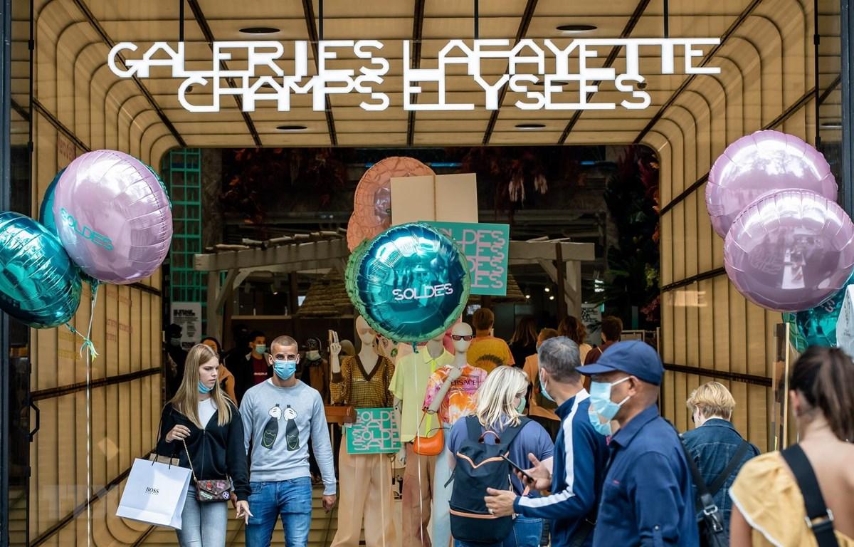 Khách hàng đeo khẩu trang phòng dịch COVID-19 tại một cửa hàng ở Galeries Lafayette, Paris, Pháp ngày 16/7/2020. (Ảnh: THX/TTXVN)