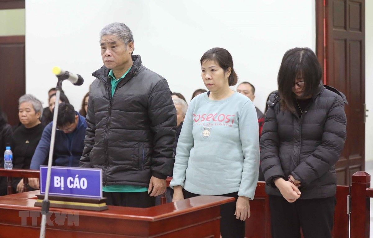 Các bị cáo Doãn Quý Phiến (lái xe), Nguyễn Bích Quy (nhân viên giám sát trên xe) và Nguyễn Thị Bích Thủy (giáo viên chủ nhiệm lớp 1 Tokyo, Trường Gateway).trong phiên xét xử sơ thẩm. (Ảnh: Doãn Tấn/TTXVN)