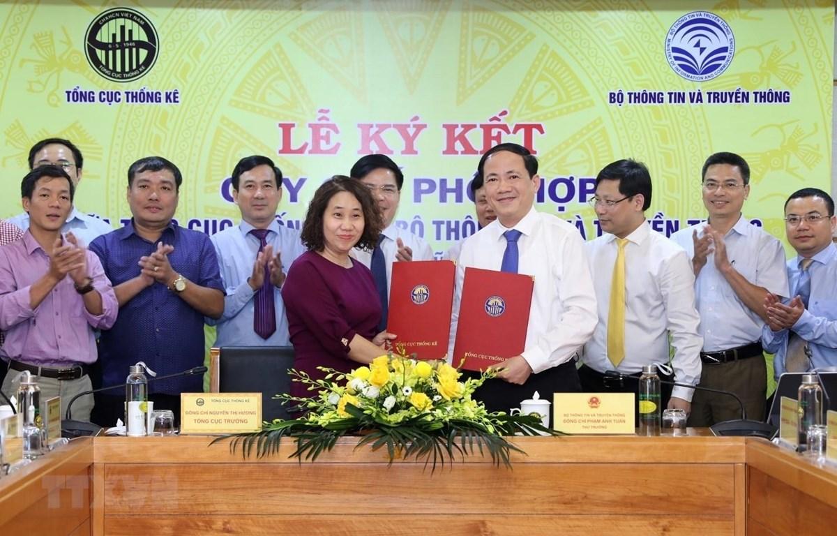 Tổng cục trưởng Tổng cục thống kê Nguyễn Thị Hương và Thứ trưởng Bộ Thông tin và Truyền thông Phạm Anh Tuấn ký kết. (Ảnh: Danh Lam/TTXVN)