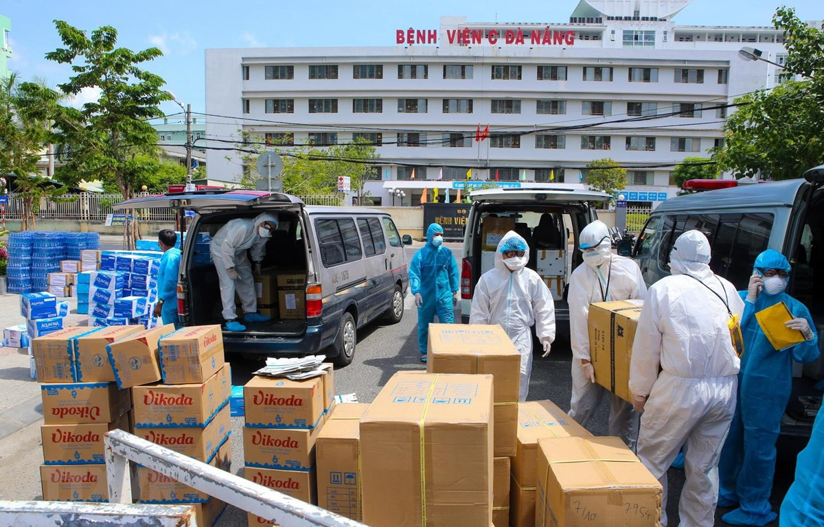 Các nhu yếu phẩm thiết yếu ủng hộ cho đội ngũ y tế và bệnh nhân được bốc dỡ để vận chuyển vào khu vực cách ly ở Bệnh viện C Đà Nẵng. (Ảnh: Trần Lê Lâm/TTXVN)