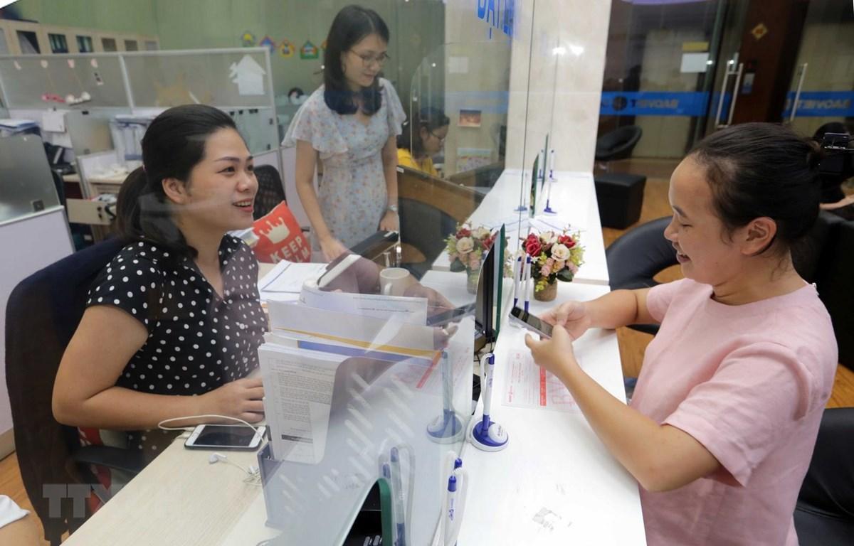 Khách hàng giao dịch tại Hội sở Chứng khoán Bảo Việt. (Ảnh: Trần Việt /TTXVN)