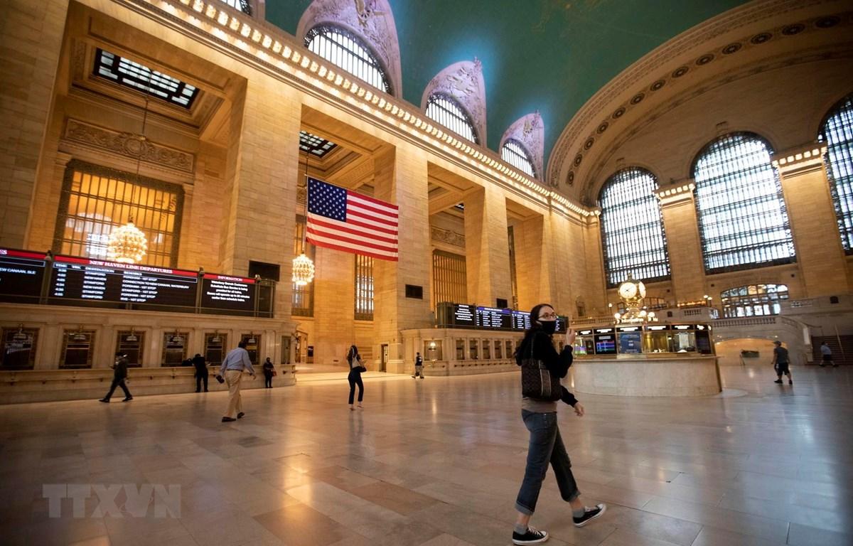 Hành khách tại Nhà ga Trung tâm ở New York, Mỹ, ngày 8/7/2020. (Ảnh: THX/TTXVN)