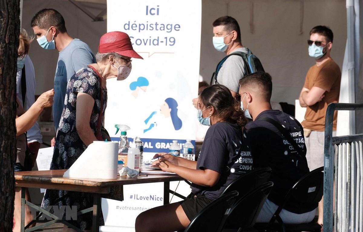 Người dân tại một điểm xét nghiệm COVID-19 ở Nice, Pháp, ngày 27/7/2020. (Ảnh: THX/TTXVN)