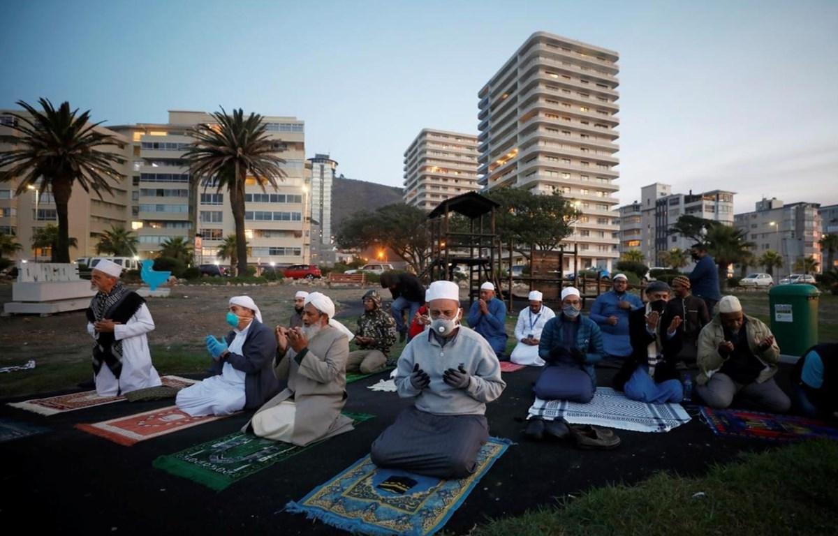 Người dân Hồi giáo thực hiện nghi thức cầu nguyện trong bối cảnh dịch COVID-19 bùng phát. (Nguồn: Reuters)